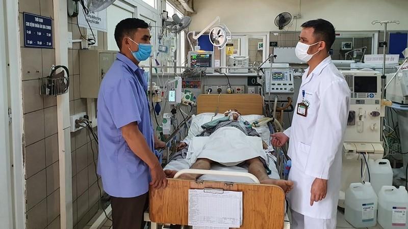 Bác sĩ Nguyên khám cho một bệnh nhân ngộ độc rượu. Ảnh: Mai Thanh