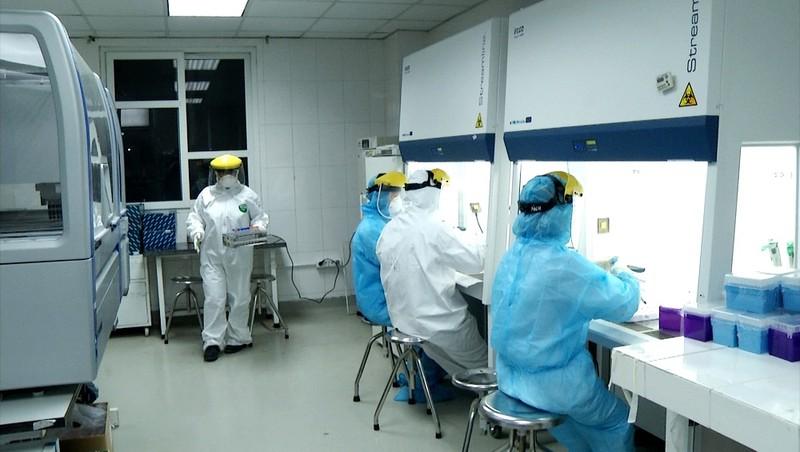 """CDC Hà Nội xuyên đêm xét nghiệm Covid-19 """"đuổi dịch"""" ra khỏi Thủ đô"""