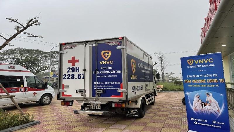 Xe vận chuyển vắc xin ngừa Covid-19 đến Bệnh viện Bệnh Nhiệt đới Trung ương. Ảnh: Mỵ Châu