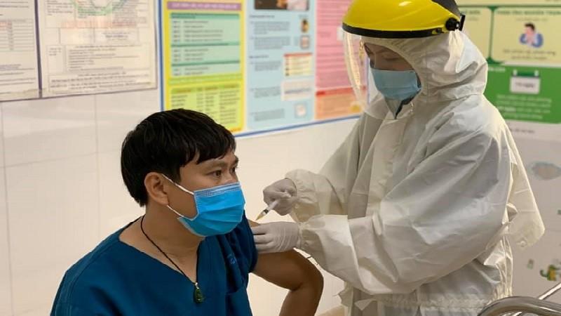 Đã có gần 40.000 cán bộ, nhân viên y tế được tiêm vắc xin ngừa COVID-19.