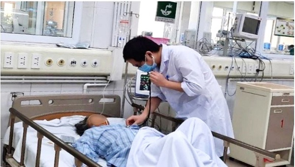 Bác sĩ Nam thăm khám cho bệnh nhân. Ảnh: Đặng Thanh