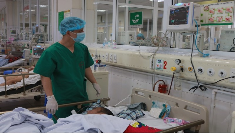 Bệnh nhân được bác sĩ điều trị tại khoa Cấp Cứu, BV Bệnh Nhiệt đới TW (Ảnh: BVCC)
