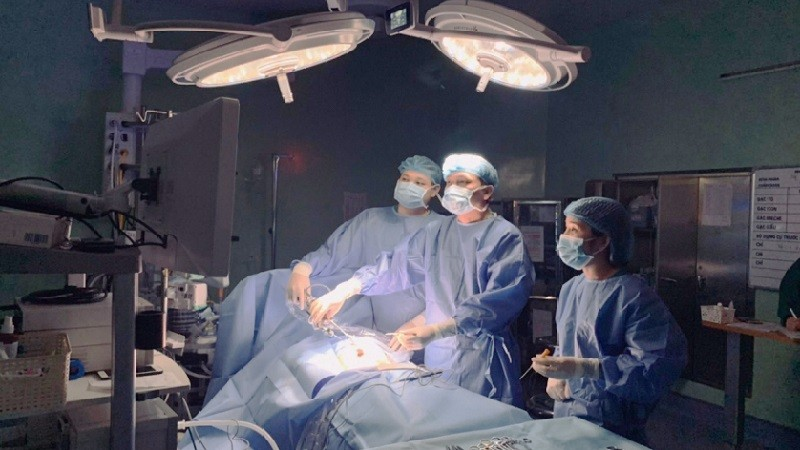 Các bác sĩ tiến hành phẫu thuật cho bé trai. Ảnh: BVCC