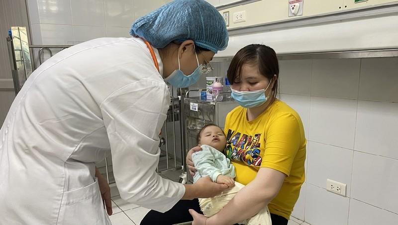 Một trường hợp bệnh nhi mắc tay chân miệng phải nhập viện điều trị.