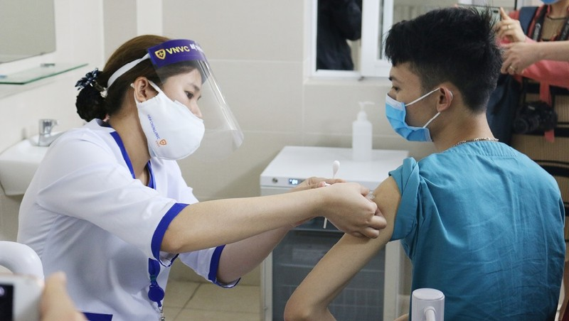 Hơn 200.000 người Việt Nam được tiêm vắc xin phòng COVID-19
