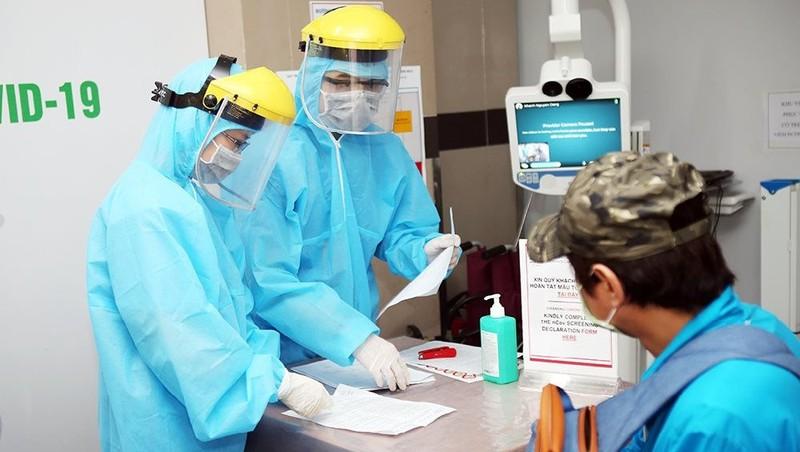 Người dân quay trở về Hà Nội sau kỳ nghỉ lễ bắt buộc phải khai báo y tế