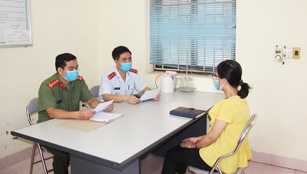 Bà P.T.L làm việc tại cơ quan chức năng. Ảnh: Nguyễn Biên