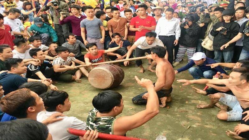 Người dân Hiền Quan đánh trống, gào thét, ngồi ăn vạ vì không được cướp phết