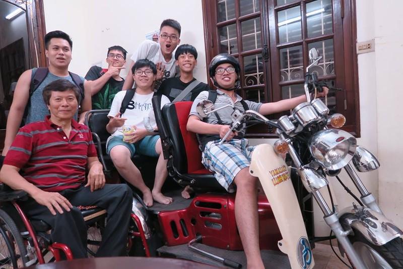 Chú Tú và nhóm học sinh tinh nghịch trên chiếc xe đặc biệt của thầy giáo