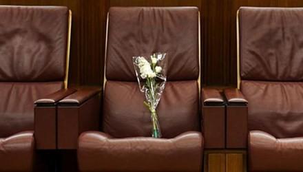 Chiếc ghế trống với bó hoa trắng này là nơi ngồi quen thuộc của ông Lý Quang Diệu ở Quốc hội Singapore.