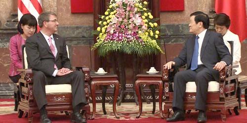 Chủ tịch nước Trương Tấn Sang và Bộ trưởng Quốc phòng Hoa Kỳ Ashton Carter.