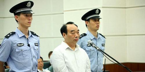 Lôi Chính Phú, cựu Bí thư Quận ủy Bắc Bội, thành phố Trùng Khánh, tại tòa năm 2013. Ông Lôi bị 1 doanh nhân quay lén clip sex với một phụ nữ trẻ. Sau đó, đoạn clip bị phát tán trên mạng. Tháng 6-2013, quan chức này bị kết án tù 13 năm vì tội nhận hối lộ.