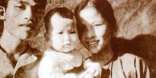 Bức hình duy nhất Minh Vân chụp cùng bố Đào Phúc Lộc - mẹ Hoàng Minh Phụng tại chiến khu Việt Bắc, Đại Từ, Thái Nguyên.