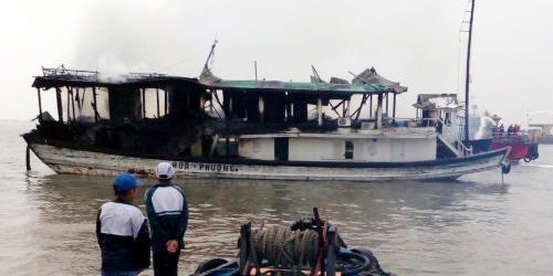 Cháy tàu chở khách nước ngoài ở Hạ Long, 25 người thoát nạn