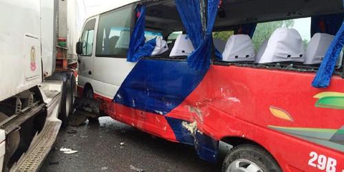 Xe khách biển Hà Nội bị container tông ngang sườn ở Thanh Hóa