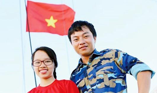 """Thượng úy QNCN Tống Tùng và Ðoàn Ngọc, tác giả tập thơ """"Ngược Sóng"""" viết về Trường Sa, trên tàu 996 đi thăm Trường Sa, tháng 5/2015."""