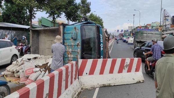 Cần Thơ: Tông vào dải phân cách, xe tải lật ngang giữa đường
