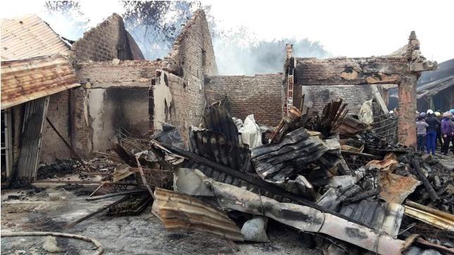 Hàng hóa và tài sản trong các ki-ốt ở chợ Ba Đồn bị thiêu rụi hoàn toàn sau vụ cháy
