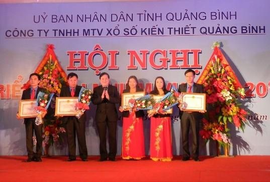 Ông Nguyễn Xuân Quang - Phó chủ tịch UBND tỉnh Quảng Bình trao bằng khen của UBND tỉnh cho các tập thể, cá nhân của Công ty TNHH MTV Xổ số kiến thiết Quảng Bình. Ảnh: Thanh Bình.
