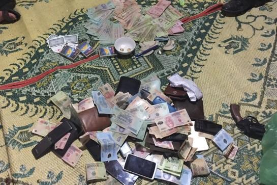 Tang vật của vụ đánh bạc bị bắt quả tang vào rạng sáng 17/3.  (Ảnh do công an cung cấp)