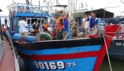 Tàu cá HT 90169-TS cùng 14 ngư dân được cứu hộ vào bờ an toàn.