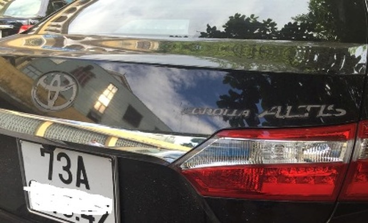 Một chiếc Toyota Corolla Altis bị kẻ gian cạy phá, lấy đi logo, cần gạt nước và la zăng. Ảnh: CTV