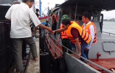 Các thuyền viên được lực lượng biên phòng cứu hộ và đưa vào bờ an toàn.