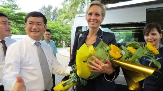 Ông Trần Tiến Dũng - Phó chủ tịch UBND tỉnh Quảng Bình tặng hoa đón mừng bà Camilla Mellander - Đại sứ Thụy Điển. Ảnh: T.N.Phong