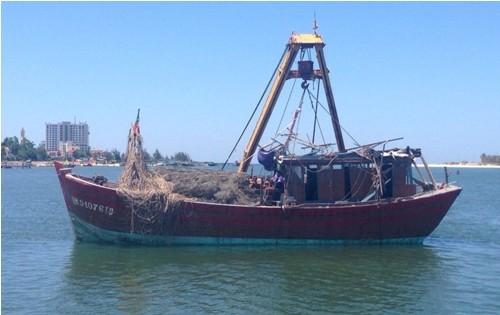 Trục vớt tàu cá của 7 ngư dân bị chìm trên biển