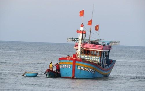 Tàu cá BĐ 94177 TS cùng 14 ngư dân đang bị mắc cạn trên cửa biển Nhật Lệ.