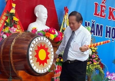 Bộ trưởng Trương Minh Tuấn đánh hồi trống khai giảng năm học mới tại Trường THPT Đồng Hới. Ảnh: Thanh Sơn