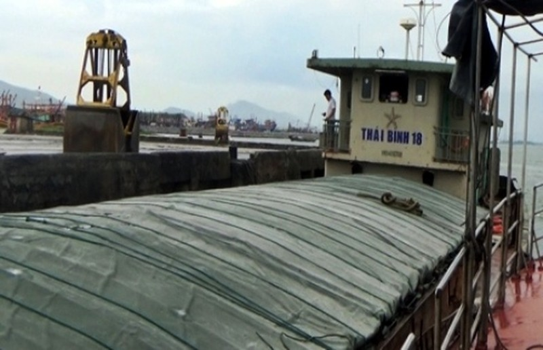 Tàu Thái Bình 18 sau khi được cứu hộ và lai dắt vào cảng Gianh an toàn.