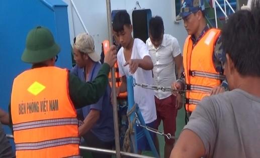 BĐBP Quảng Bình đưa các ngư dân vào bờ an toàn (Ảnh do BĐBP cung cấp).