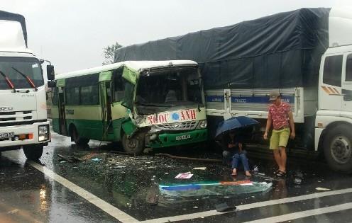 Xe buýt vượt xe tải đâm dập đuôi xe khách, 6 người bị thương
