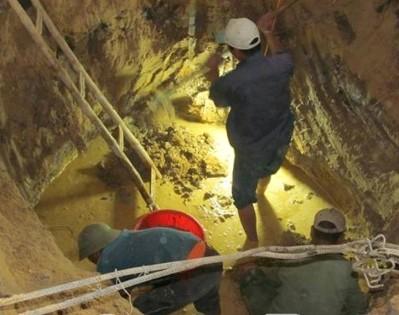 Một hầm chôn tập thể được phát hiện và đào sâu trong vườn nhà ông Phong. Ảnh: CTV