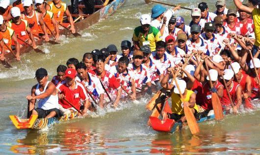 Cuộc tranh tài gay cấn, quyết liệt trên sông quê hương Đại tướng Võ Nguyên Giáp. Ảnh: Trần Ánh Dương