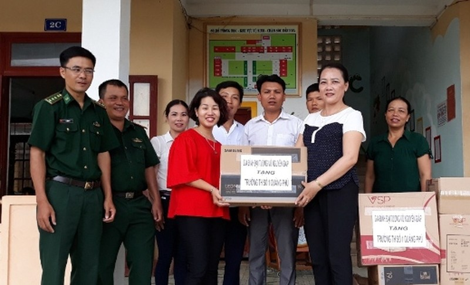 Gia đình Đại tướng võ Nguyên Giáp trao quà cho Trường Tiểu học Số 1 Quảng Phú.
