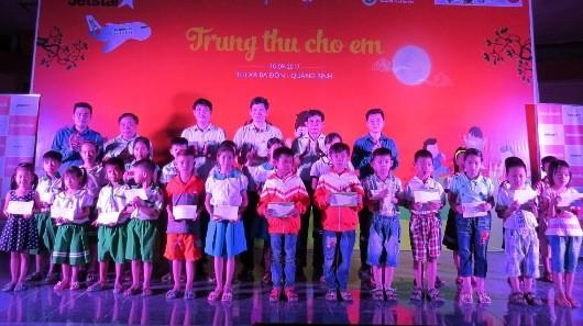 Trao học bổng cho các em học sinh khó khăn tại đêm hội Trung thu cho em.