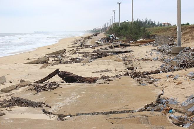 Hàng trăm mét bờ kè tại làng biển Lý Hòa bị sóng đánh tan tành - Ảnh Nguyễn Tấn.