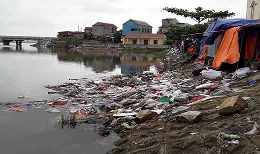 Sông Lý Hòa bị 'biến' thành nơi xả thải của chợ Lý Hòa.