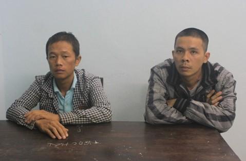 Phan Hoàng Diệu (trái) và Nguyễn Trung Thông tại cơ quan công an.