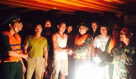 Các thuyền viên cùng lực lượng BĐBP vui mừng sau khi vào đất liền an toàn -  Ảnh: BĐBP Quảng Bình.