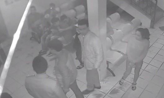 Cơ quan công an có mặt để điều tra sau khi vụ việc xảy ra (ảnh trích xuất từ camera bệnh viện).