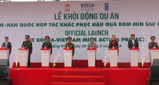 Các đại biểu dự lễ bấm nút khởi động dự án