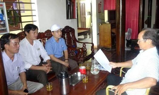 Những lần vào Quảng Bình tìm mẹ, ông Lưu Văn Ninh (ngoài cùng bên trái) luôn nhận được rất nhiều sự giúp đỡ.