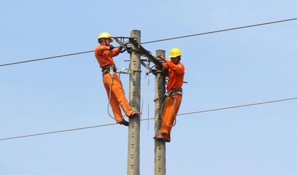 Lực lượng PC Quảng Bình đang tháo dỡ đường dây ở xã Nghĩa Ninh.