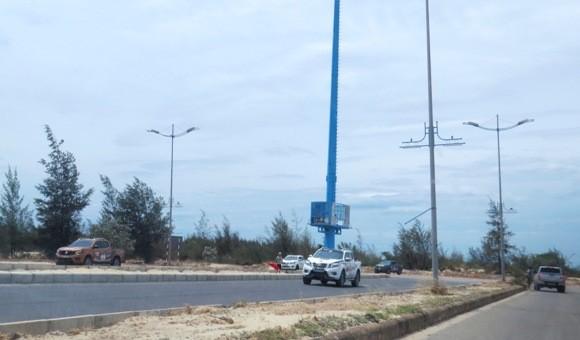 Hội chơi xe bán tải Nissan Navara ngang nhiên chiếm đường Võ Nguyên Giáp để tổ chức đua xe trái phép.