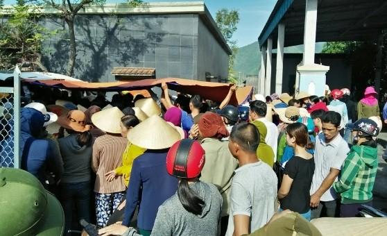 Người dân địa phương đến chia buồn cùng gia đình các cháu bé không may bị đuối nước ở xã Quảng Đông.