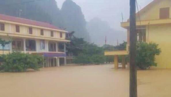 Gần 9 vạn học sinh không thể khai giảng, Bí thư Tỉnh uỷ Quảng Bình vượt lũ thăm dân