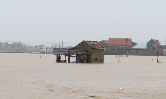 Lũ dâng ngập hàng nghìn nhà dân, thuyền công tác của cán bộ lật giữa sông Gianh